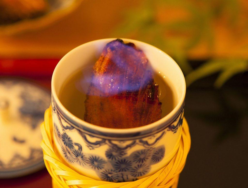 銀座の個室で味わうふぐ料理 特大天然とらふぐのひれ酒
