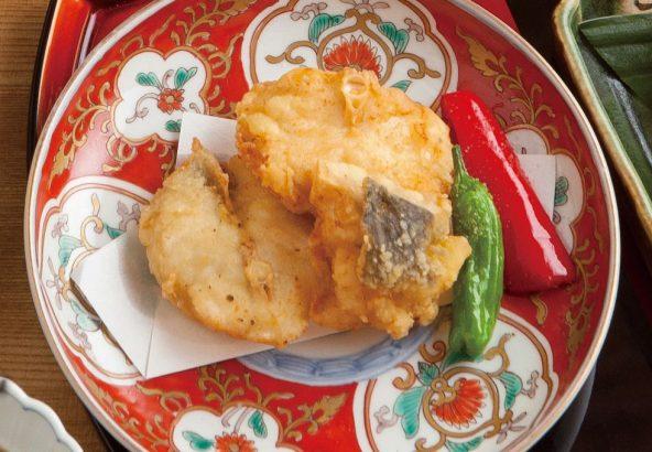 古伊万里の器に盛られたふぐ料理 天然とらふぐの唐揚げ